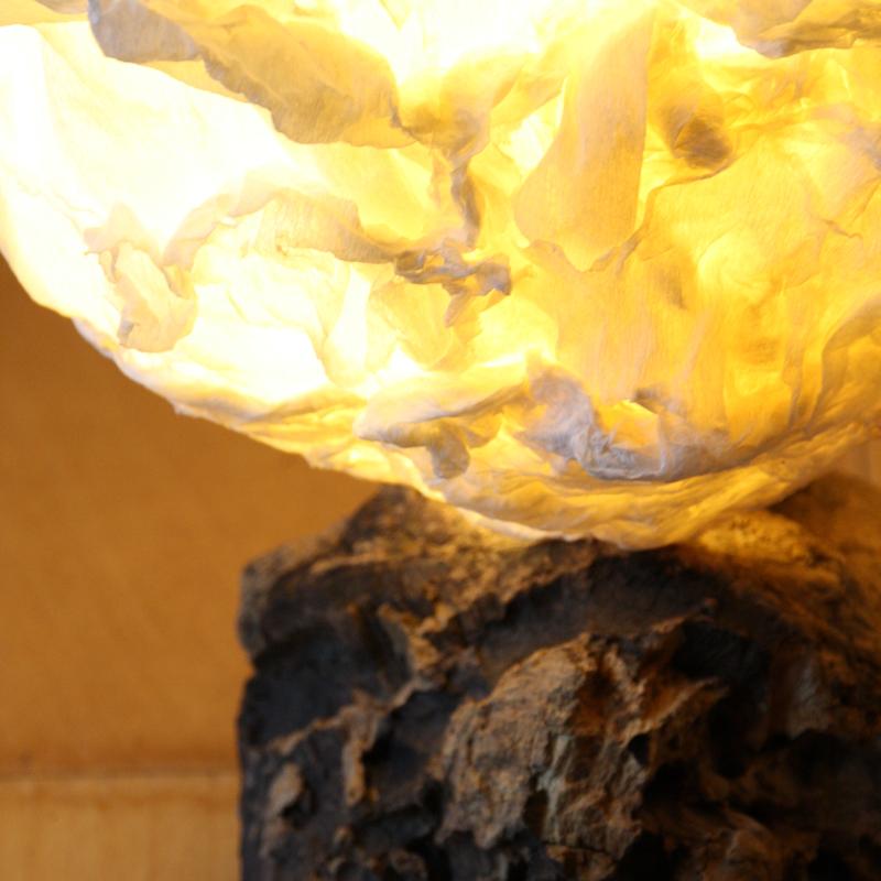 Rosenlampe mit verwaschenem Holzfuss